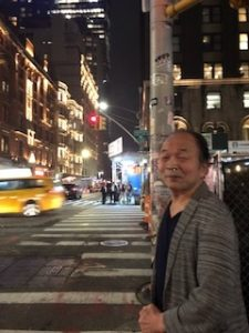 マンハッタンの夜、街を歩く佐藤学長